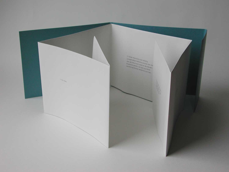Das Kleid  Fotografie, Text Offsetdruck, Umschlag mit Prägung und eingeheftetem Faltblatt 15 x 20 cm offen 120 x 30 cm 200 numerierte und signierte Exemplare  edition sand, Halle 2003