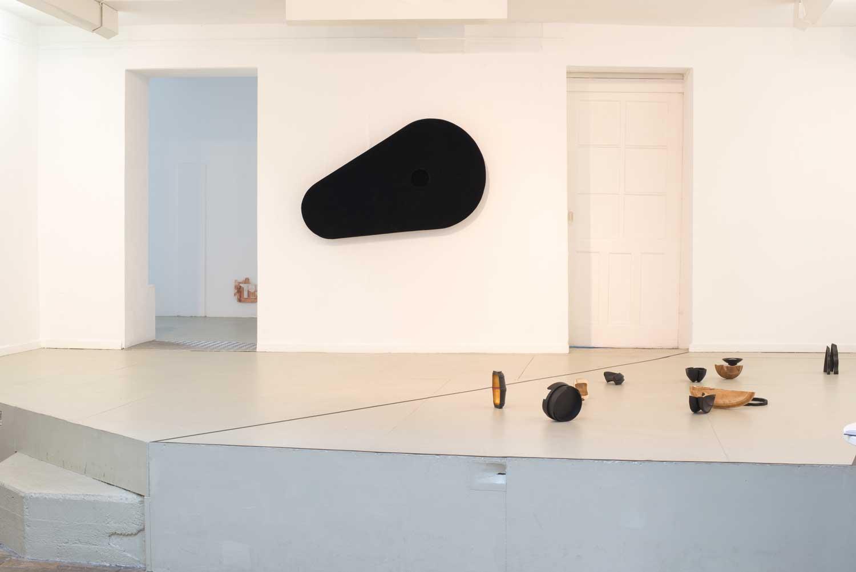 Ausstellungsansicht GaDeWe Bremen mit Lichtrequisit und Installation GO, 2018